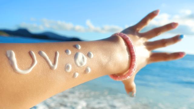 日焼け止めクリームで「UV」と落書きしてある女性の腕