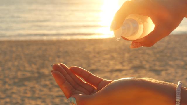 ビーチで日焼け止めを塗る