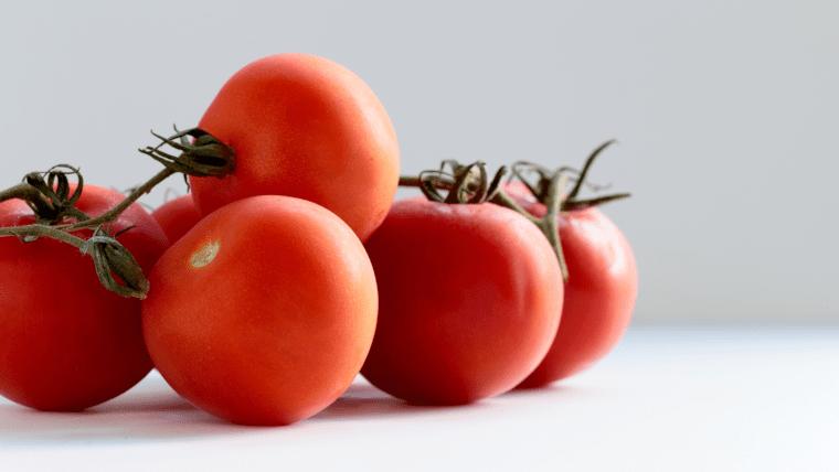 テーブルに置かれた5つのトマト