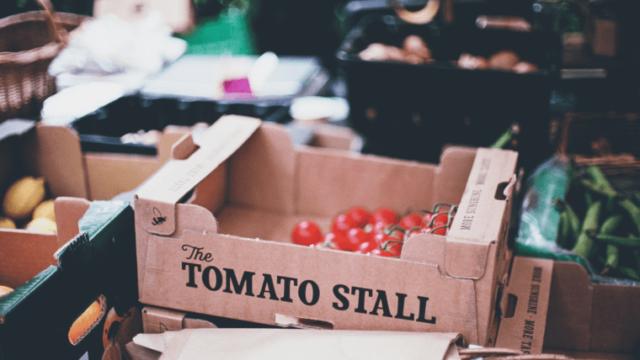 箱入りで売られているトマト