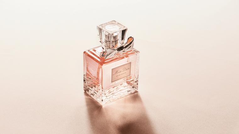 ピンクの香水ボトル