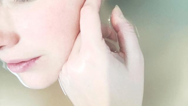 アイキャッチ:肌に触れる女性