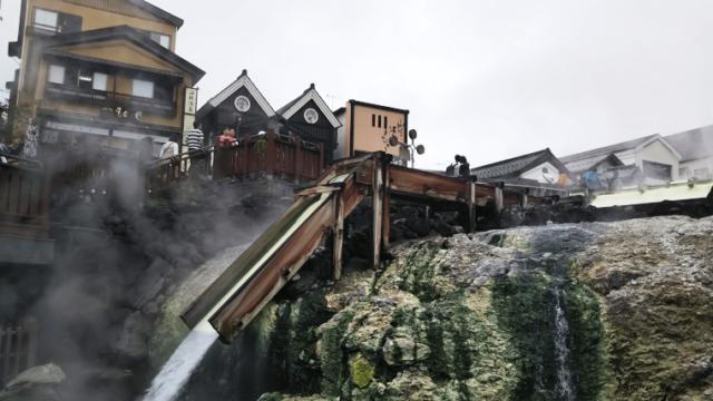 草津温泉の湯畑で流れ落ちる温泉
