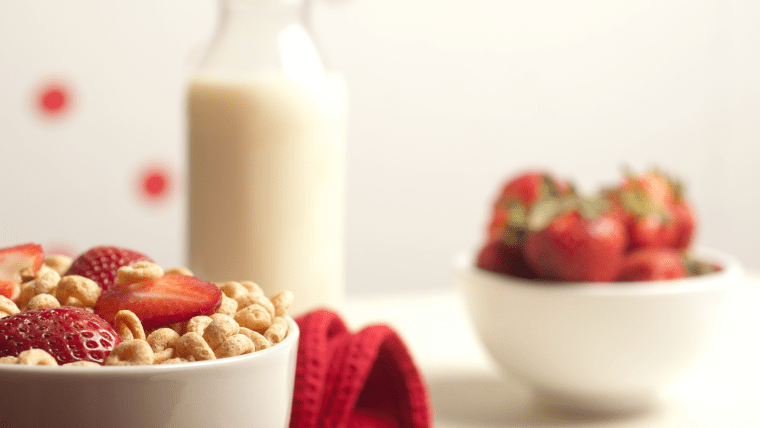 シリアルとイチゴ、ミルクの朝食メニュー