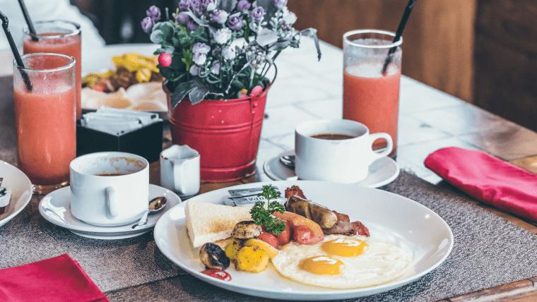 目玉焼きとトースト、コーヒー、ジュースなどの朝食メニュー