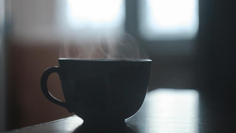 湯気の上がるコーヒーカップ
