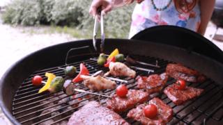 バーベキューのグリルでお肉を焼いているところ