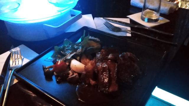 メインディッシュの牛ステーキ