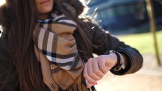腕時計を確認する女性