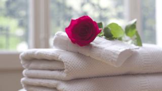 白いタオルと赤いバラ