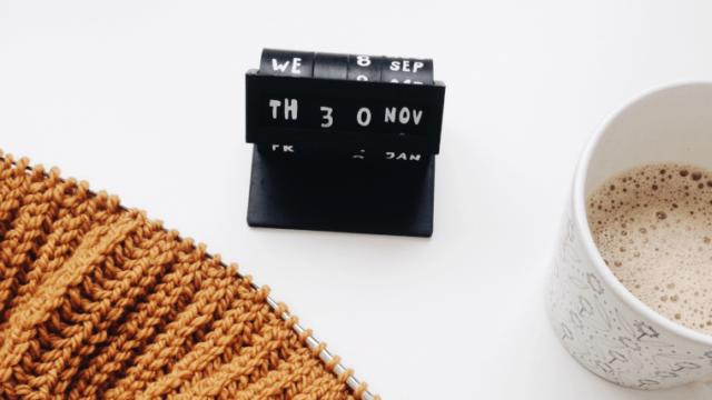 万年カレンダーと編み物とコーヒー