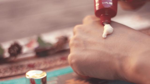 手の甲にハンドクリームを出しているところ